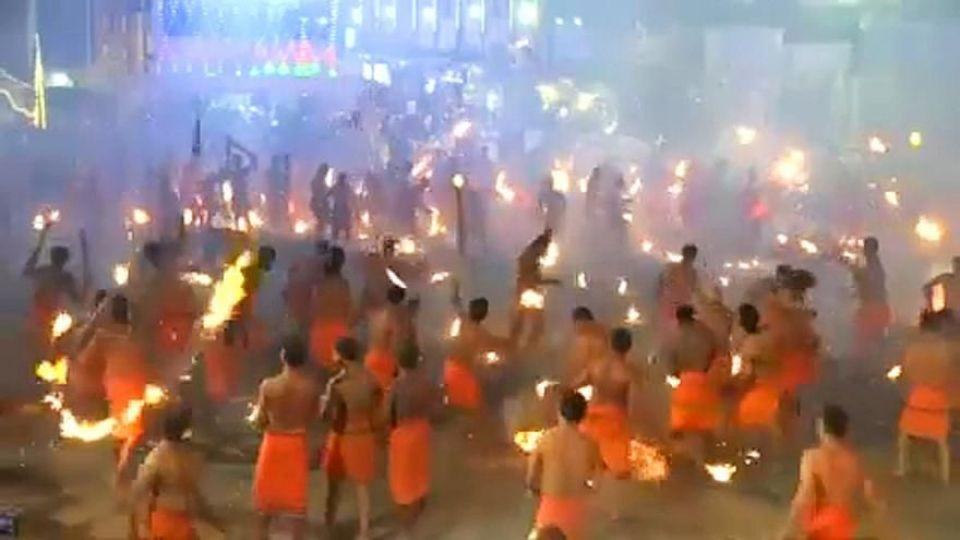 پرتاپ مشعل به یکدیگر در یک آیین هندی!